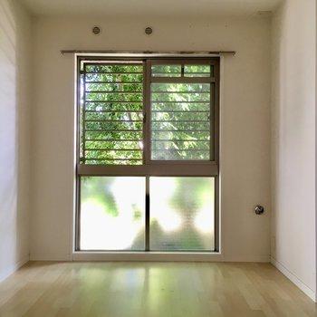 こちらは5.2帖の洋室。緑が気持ちいいお部屋です。(※写真は1階の同間取り別部屋、清掃前のものです)