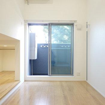 洋室は5.4帖。窓際の壁には背の高い植物を置きたくなる。