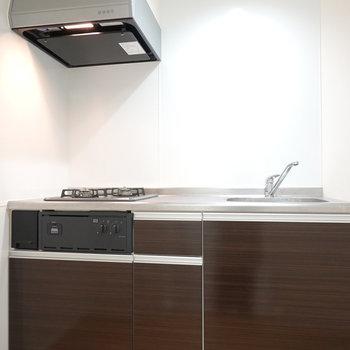 上がって正面にキッチン。上棚のない、落ち着いた色合いのキッチンです。