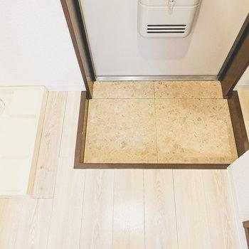 玄関はコンパクトですが、適度な広さ。