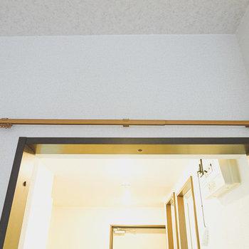 洋室とキッチンの間にはドアがありませんが、仕切りカーテンを設置できます。