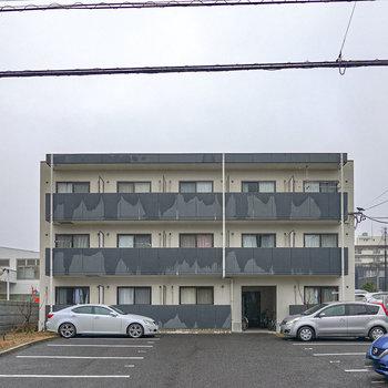 建物裏手には駐車場やゴミ置き場などがあります。