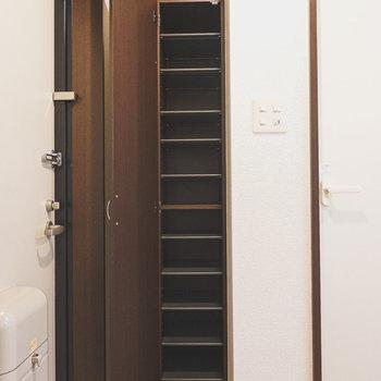天井近くまであるトールサイズの靴箱。棚の高さも変えられます。