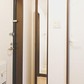 扉には全身鏡付き。お出かけ前に身だしなみチェックができます。