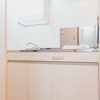 一人暮らし向けの乾燥棚付きのキッチン。