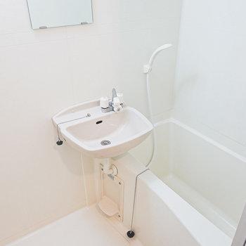 お風呂はキッチン後ろ。2点ユニットで独立洗面台はありません。