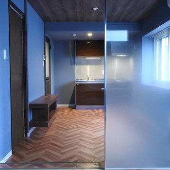 半透明の壁で仕切られた空間。光ははいりますね※写真は同間取り別部屋