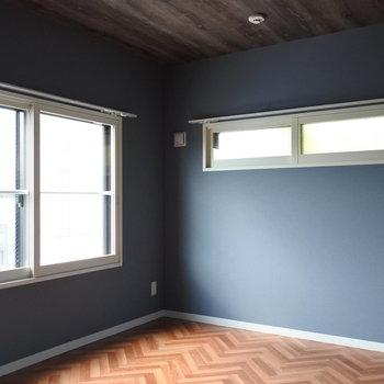 ヘリンボーン床なだけでなく天井も木目なのです!※写真は同間取り別部屋