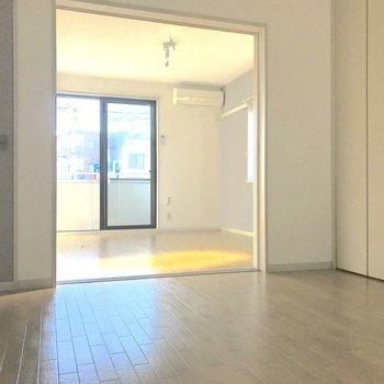 【DK】キッチンから洋室までを、広めのダイニングとして使うのもいいですね。