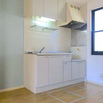 【DK】キッチン前もスペースがあって料理がしやすそうです。