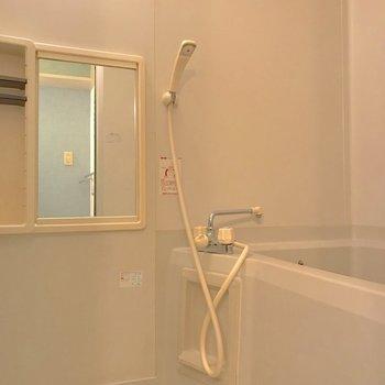 鏡が低いのでお風呂用に椅子を導入しては。