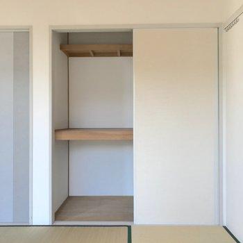【和室】3段の収納があるので、2人分なら入りそうですね。