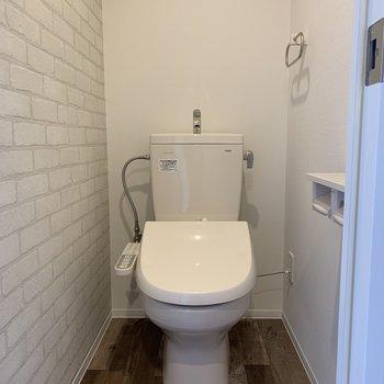 レンガクロスで可愛らしいおトイレ