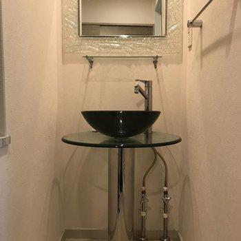 ガラスの洗面台がモダンです。(※写真は9階の同間取り別部屋、清掃前のものです)