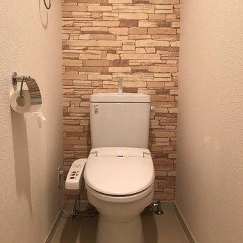 トイレはもちろんウォシュレット付き。(※写真は9階の同間取り別部屋、清掃前のものです)
