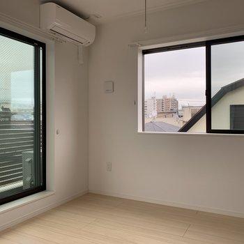 【洋室】2面採光の快適な空間。