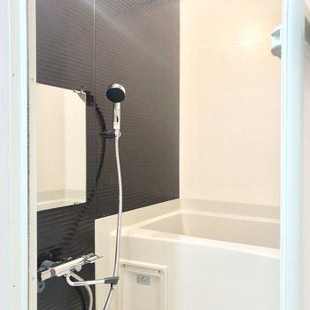ブラウンのアクセントパネルが上品な浴室