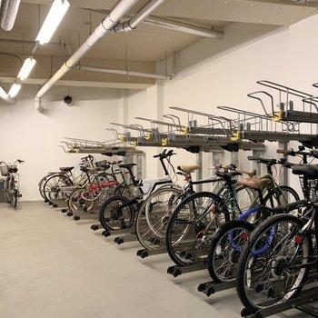 自転車置き場も建物内に。