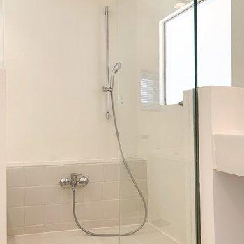 ガラス張りの浴室へ。