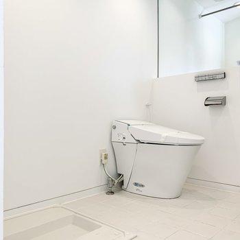 向かいに洗濯置き場とトイレがあります。