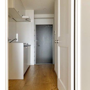 扉を押してキッチンへ。無垢床が続きます。