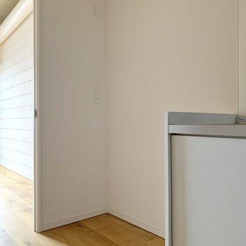 サイドには冷蔵庫を。食器棚も置けそうな余裕がありました!