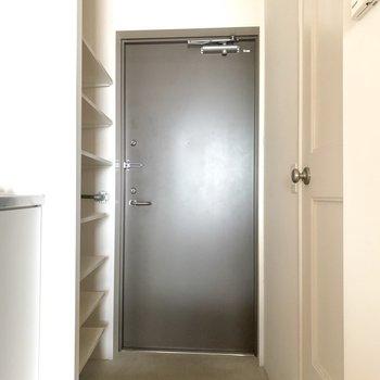 脱衣所を出ていよいよ出発、の玄関です。
