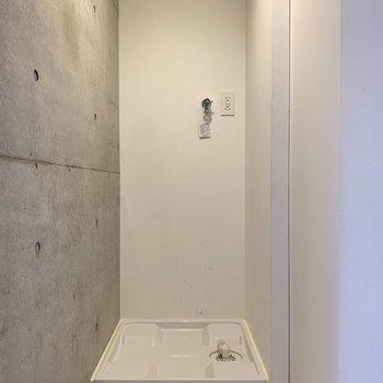 玄関脇に洗濯機がスポッと収まります。