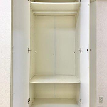 【洋室】棚があるので、鞄なども収納できますね