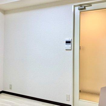 【リビングダイニング】こちらの扉を出ると廊下です