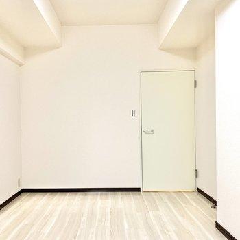 【洋室約6.0帖】ベッドを置いてもまだスペースに余裕があります