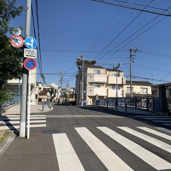 お部屋の前は石神井川にかかる橋があります。
