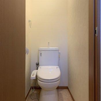 玄関前にトイレがあります。