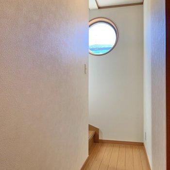 丸型の窓が可愛い。3階へ行きましょう。