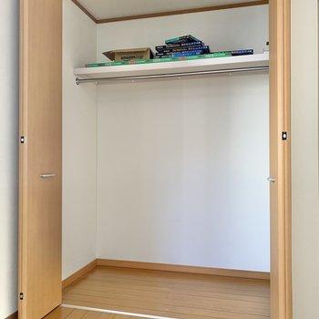 【洋室6.5帖】服やカバンなどの小物が収納できますね。