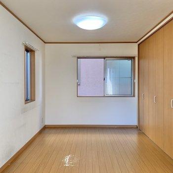 【洋室9帖】2面採光の空間が迎えてくれます。