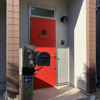 玄関ドアが赤色で可愛い!