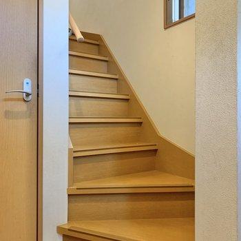 トイレの横には2階に続く階段が。