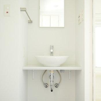 清潔感のあるスッキリした洗面台(※写真は6階の同間取り別部屋のものです)
