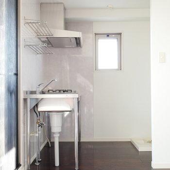 キッチンの後ろに洗濯機パン(※写真は6階の同間取り別部屋のものです)