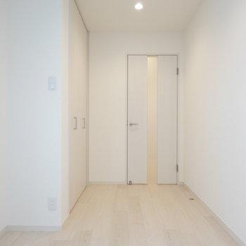 キッチン奥には収納と廊下へのドア。