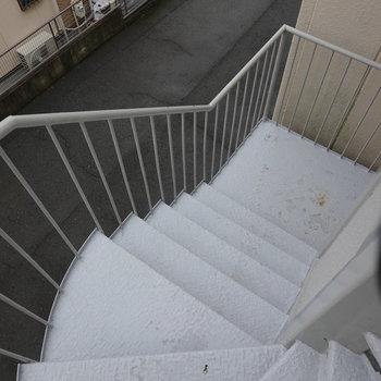 3階まで階段です!手すりをしっかり持って登りましょう。
