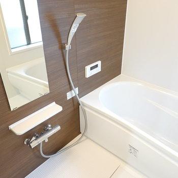 安らげそうな内装のお風呂。ラックもしっかりあって機能性も良し!