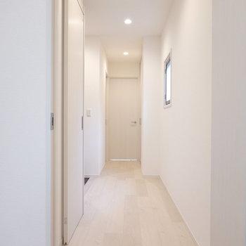 廊下はお部屋の中心に。水回りやもうひとつの洋室はここから。
