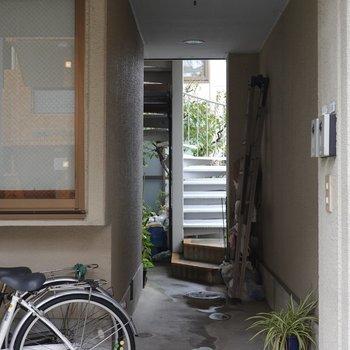 この奥の階段からお部屋へ。
