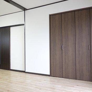 窓際にクローゼット。左の引き戸からは脱衣所と洋室へアクセス。