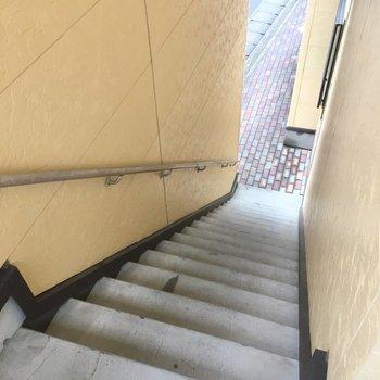 階段登って2階まで。