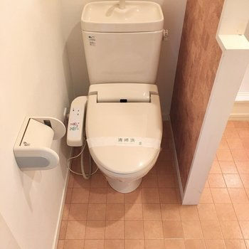 開けると水回りがぎゅっと1つになっていました。まずウォシュレット付きのトイレに・・・