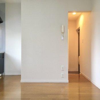 反対側はキッチンと玄関に繋がる廊下。