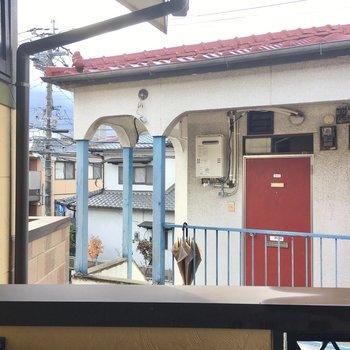 お隣の玄関がちらり。カーテンは必須ですね。